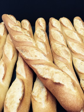 Baguette blanche tranchée en toasts
